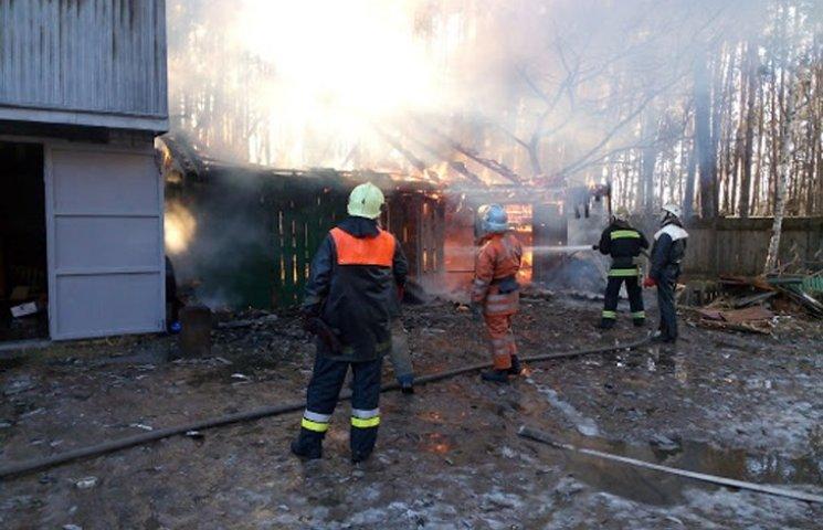 На Сумщині пожежники півтори години гасили палаючий гараж