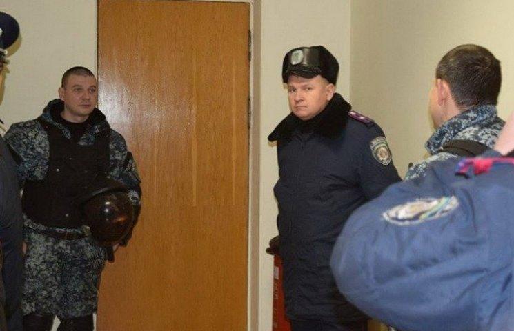 """""""Опозиційні"""" Філатову активісти """"з боєм"""" прориваються на сесію"""