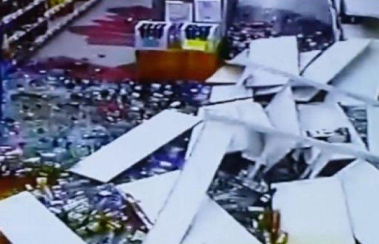 На Хмельниччині на молоду жінку в супермаркеті звалилася вітрина