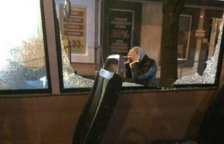 У Миколаєві маршрутчик розвозив людей з розбитим склом