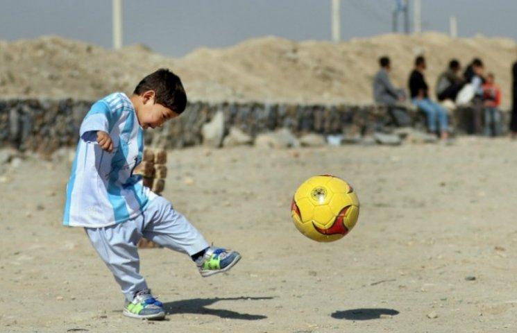 Як грає афганський хлопчик, якому Мессі подарував форму