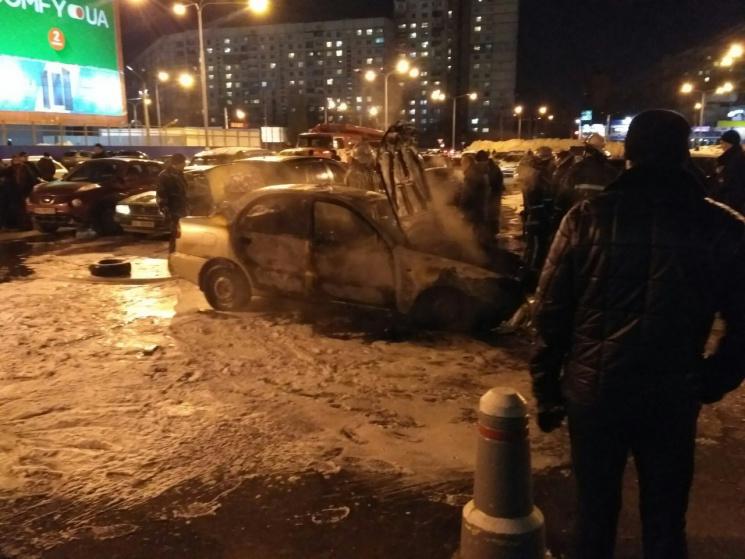 В Харькове на парковке сгорел автомобиль (фото)