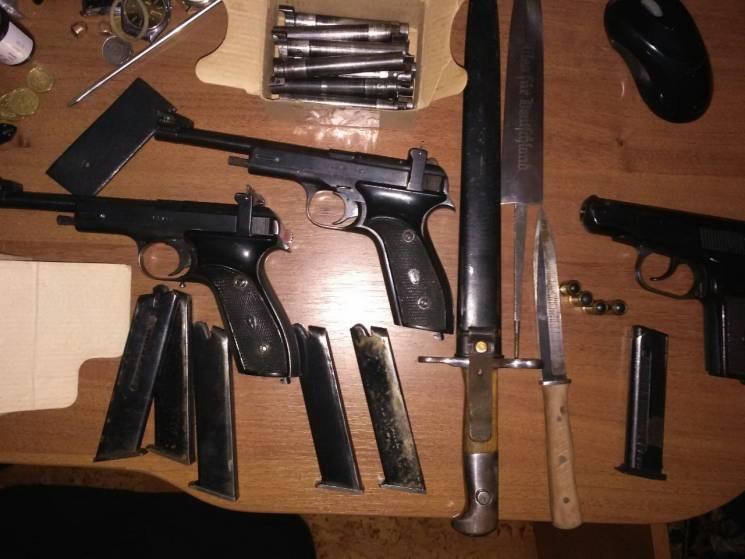 ВЧерниговской области полицейский торговал оружием ипатронами