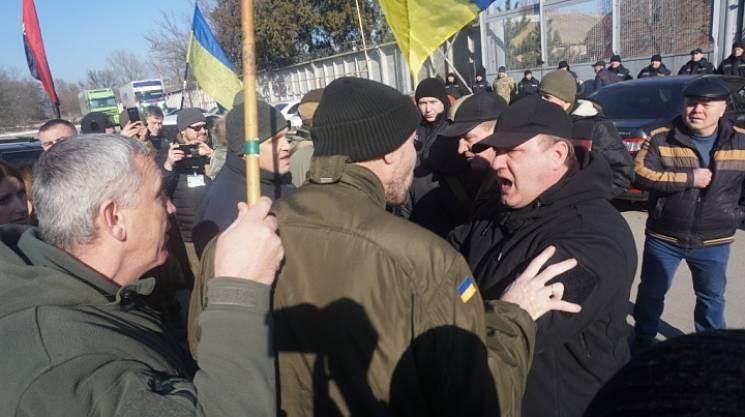 На Запоріжжі біля підприємства, якому закидають знищення українських танків, сталися сутички (ВІДЕО)