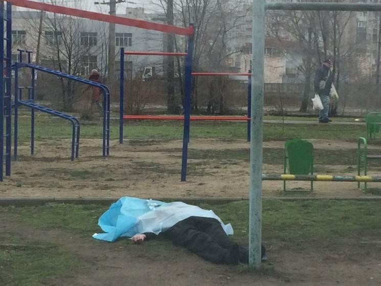 У Запоріжжі на дитячому майданчику знайшли небіжчика (ФОТО)