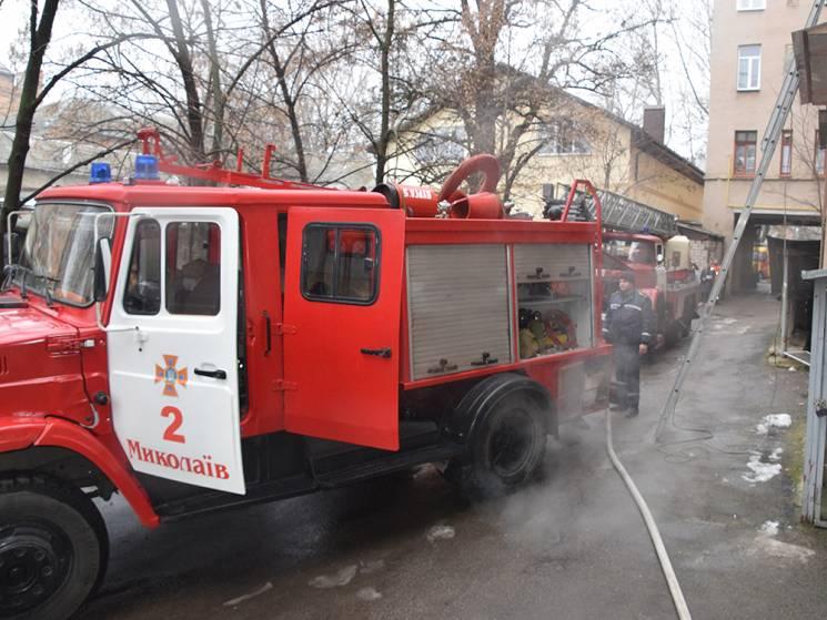 У Миколаєві зайнялася чотирьохповерхівка, двох мешканців ушпиталили (ФОТО, ВІДЕО)