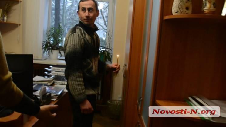 """У Миколаєві екстрасенс """"ганяв бісів"""" з владних кабінетів. Дістався не всіх (ФОТО, ВІДЕО)"""