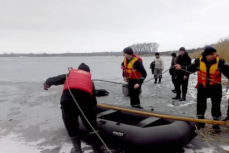 На Кропивниччині у крижаній воді потонув рибалка, його товариша врятували