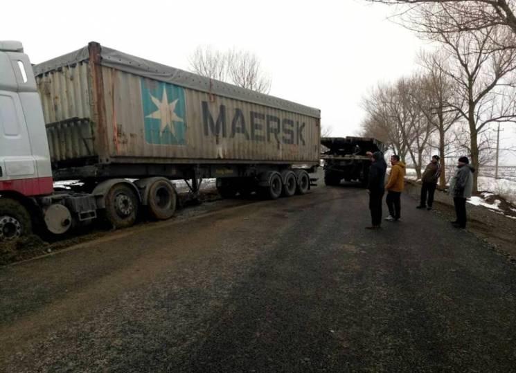 На Одещині вантажівка, що злетіла на узбіччя, перекрила рух транспорту (ФОТО)