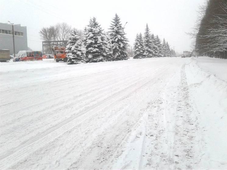 Боротьба з негодою триває: За добу на дороги Полтавщини висипали 500 тонн спецсуміші