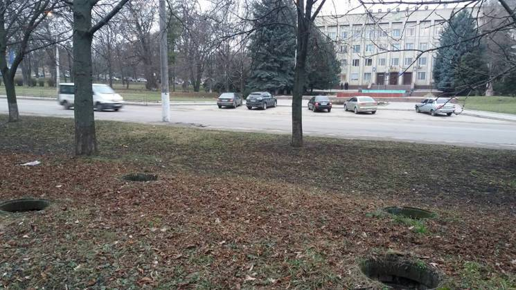 Біля Кропивницького відділу поліції покрали металеві люки
