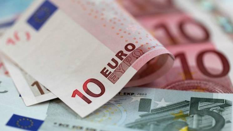"""Євро в столичних обмінниках знову """"злетів до небес"""""""