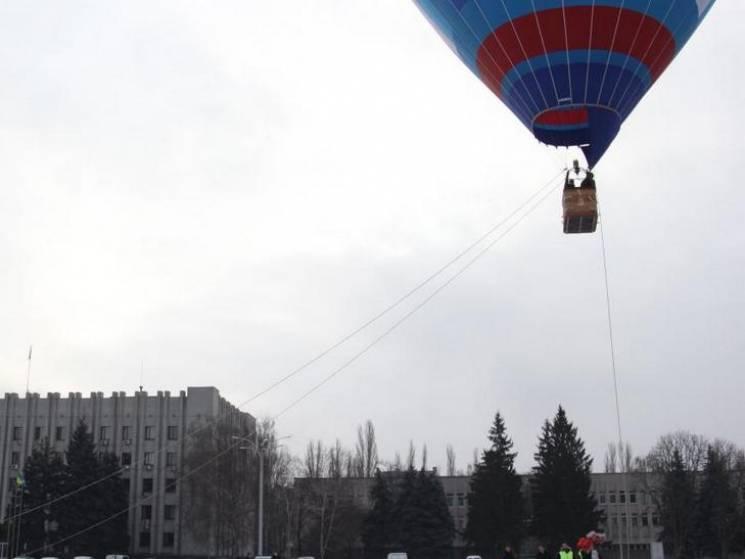 """У Кременчуці перших """"Валентинових"""" молодят безкоштовно катали на повітряній кулі"""
