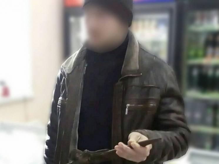 Сумські прикордонники затримали юнака, що намагався продати зброю на зупинці