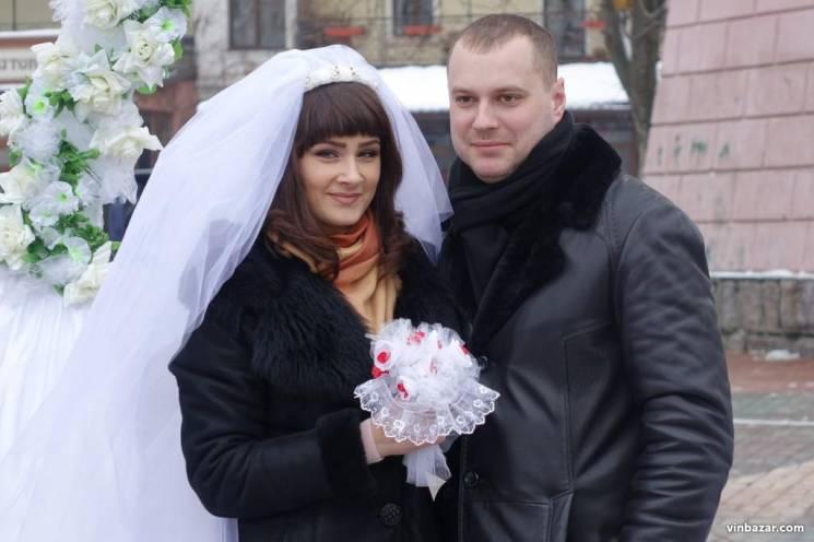 Шлюбні пута на добу: В центрі Вінниці побралися два десятка пар (ФОТО)