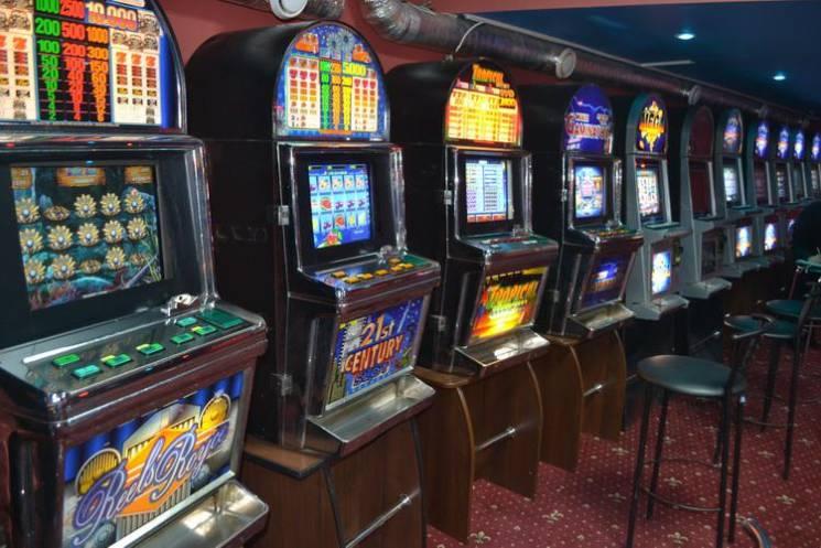 шлюшка в зале игровых автоматов