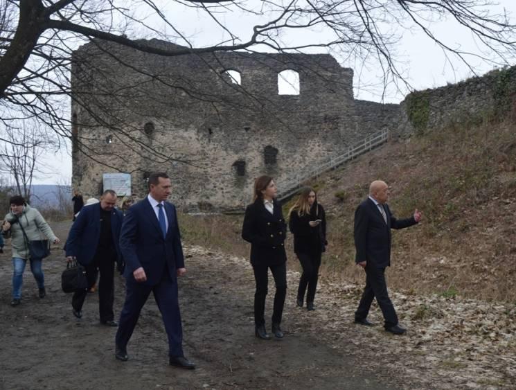 Дружина Порошенка побувала на руїнах Невицького замку на Закарпатті (ФОТО)