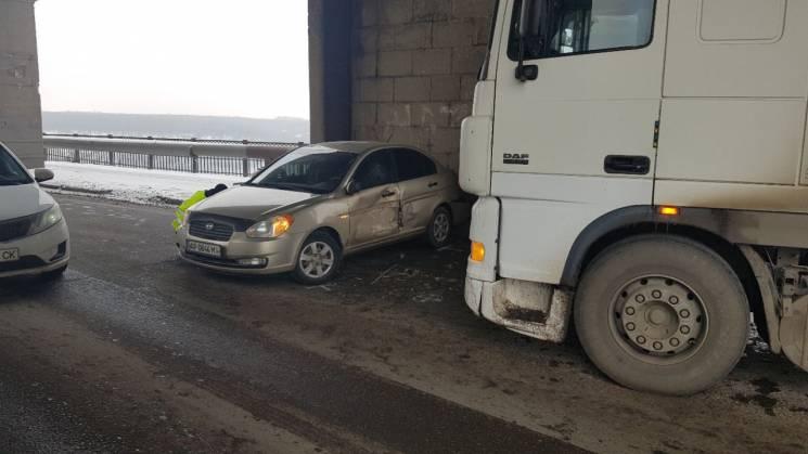 У Запоріжжі на мосту Преображенського фура протаранила автівку (ФОТО)