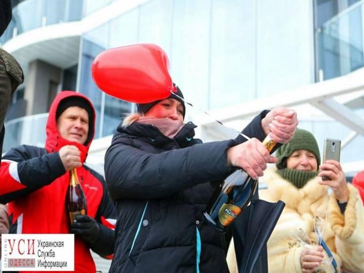 В Одесі на День закоханих одночасно вікрили 213 пляшок шампанського (ФОТО)