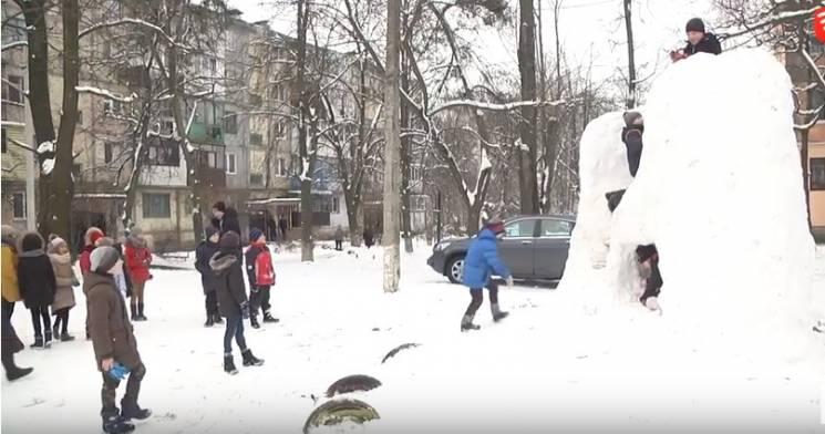Ненудний карантин: Вінницькі школярі спорудили замок зі снігу (ВІДЕО)