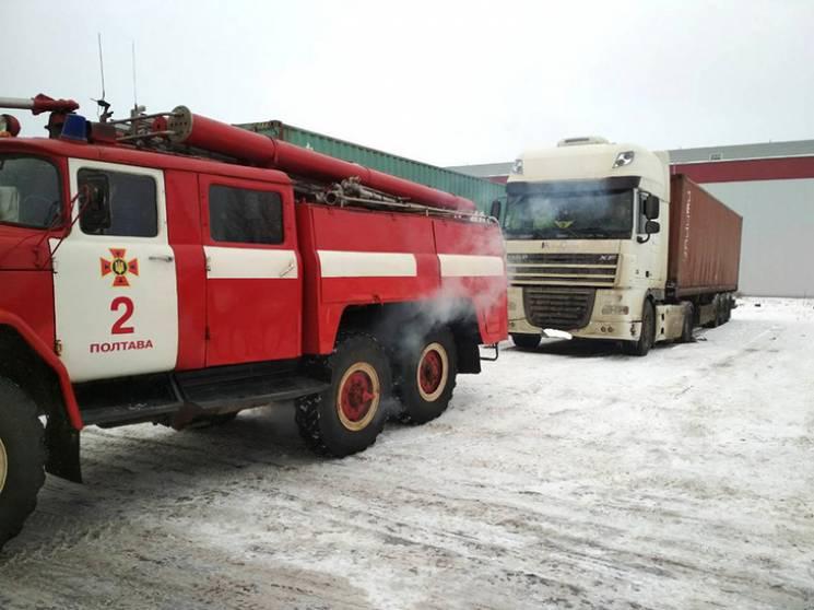 У Полтаві посеред дороги застрягла вантажівка