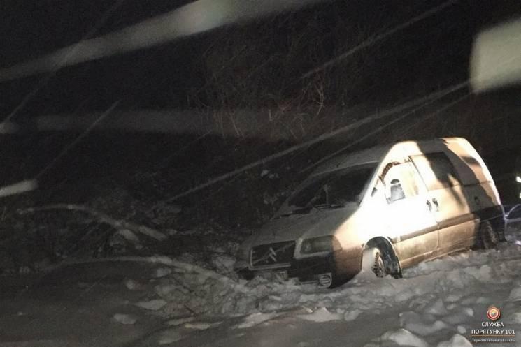 """Снігопад на Тернопільщині: З дороги злітають """"швидкі"""" і автівки (ФОТО)"""