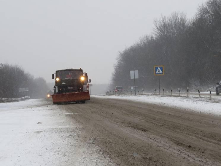 Півсотні механізмів та 150 дорожніх працівників чистять автошляхи Хмельниччини