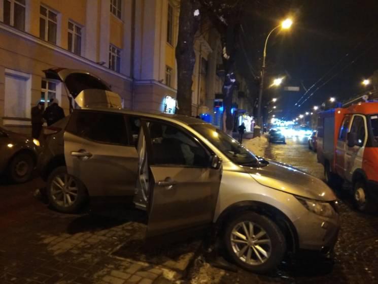 У центрі Вінниці зіткнулися Mercedes і Nissan X-Trail