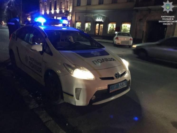 """В Ужгороді водій """"під шафе"""" кинув патрульним в авто """"підкупні"""" 500 грн (ФОТО)"""