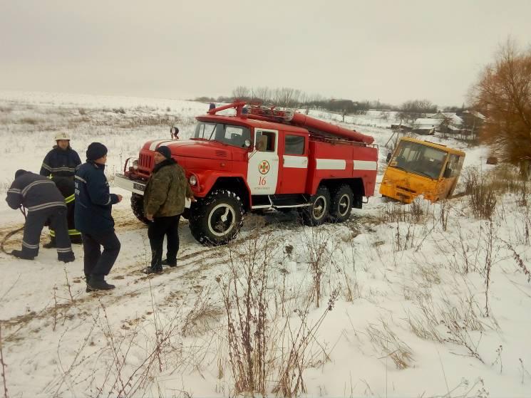 На Хмельниччині шкільний автобус злетів з дороги (ФОТО)