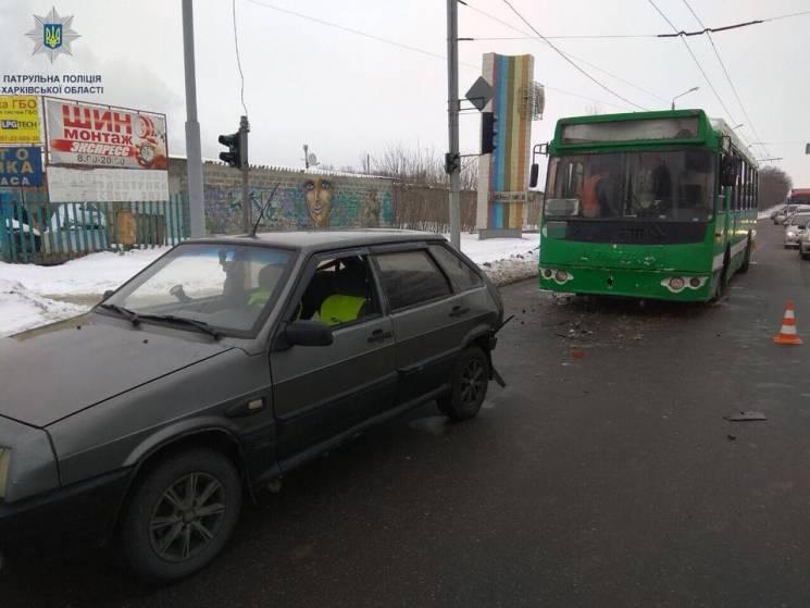 """У Харкові водій тролейбуса влетів у """"дев'ятку"""" (ФОТО)"""