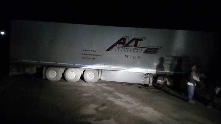 На Миколаївщині вантажівка застрягла у багнюці (ФОТО)