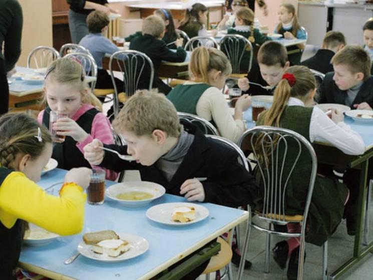 Отруєні школярі кременчуцької гімназії скаржаться на якість харчів у їдальні