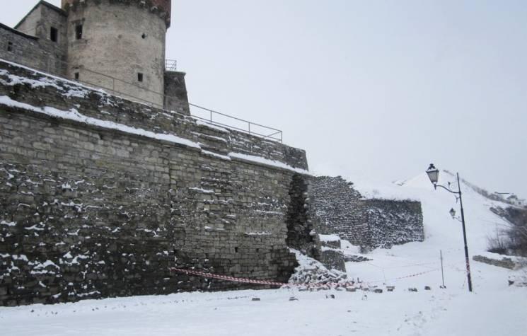 Через обвал муру фортеці у Кам'янці частково перекрили рух транспорту