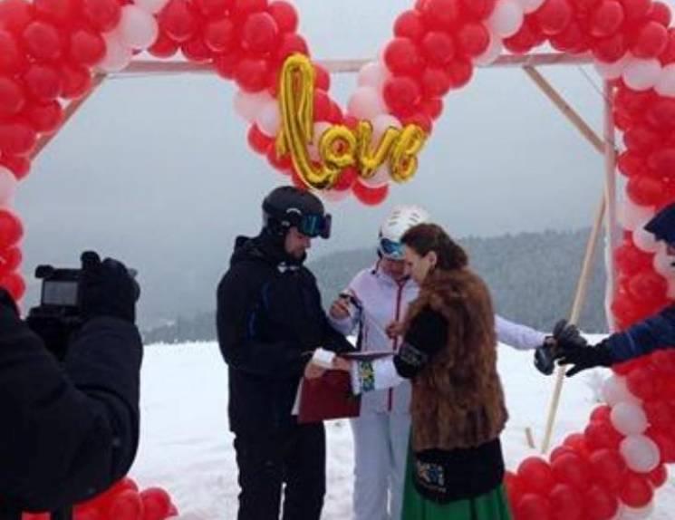 Найекстремальніша пара: На Франківщині закохані побралися на вершині Карпат (ФОТО)
