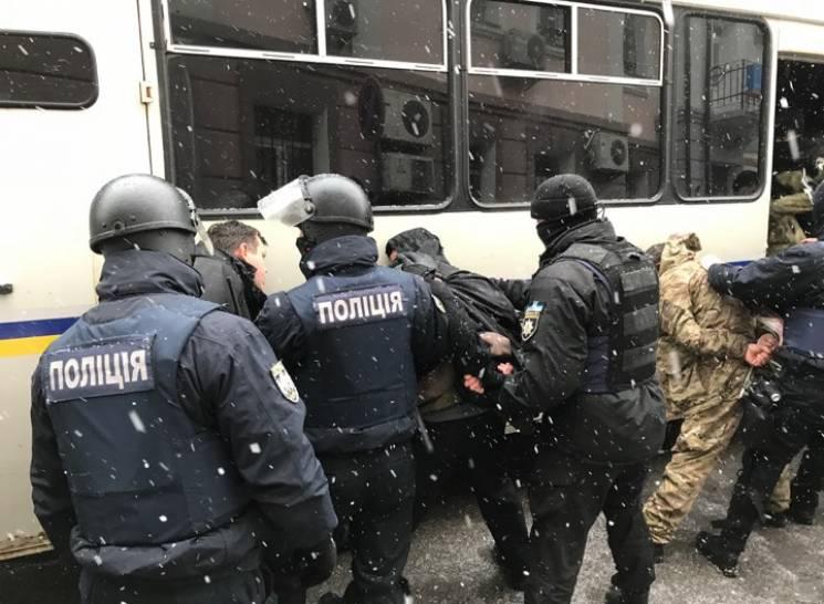 Біля Солом'янського суду затримали понад десяток чоловіків (ФОТО)
