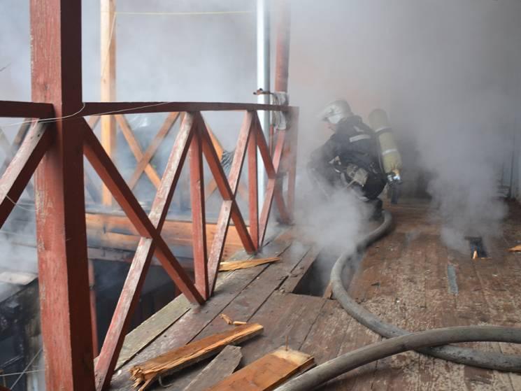 У Миколаєві горіла двоповерхівка. Через задимлення евакуювали мешканців (ФОТО, ВІДЕО)