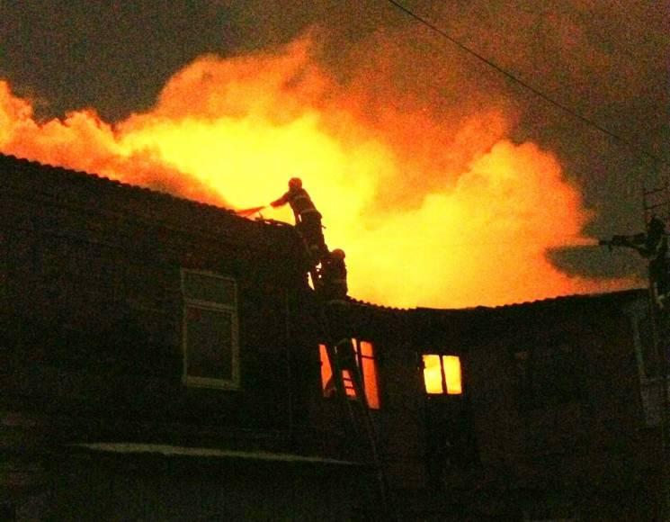 В центре Харькова: из пылающего дома эвакуировали 22 человека фото