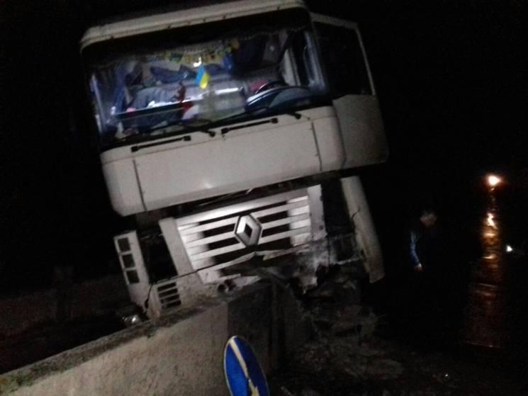 """У Запорізькій області вантажівка """"влетіла"""" у відбійник на мосту (ФОТО)"""
