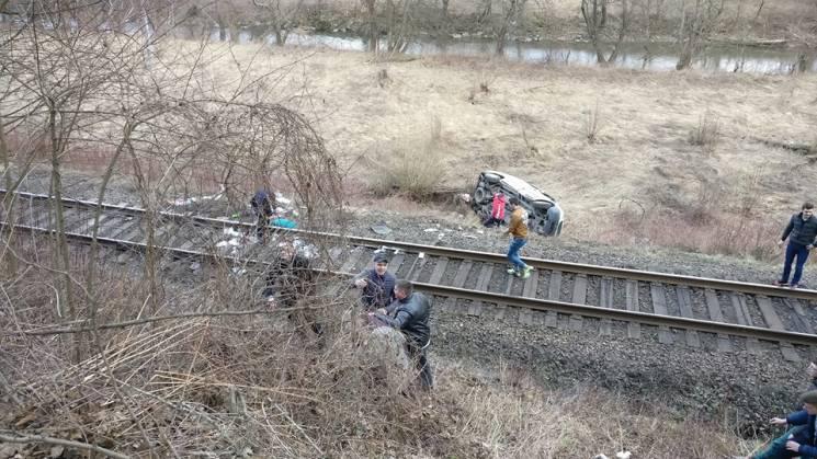 На Закарпатті мікроавтобус із людьми зірвався з дороги на залізничні колії (ФОТО)