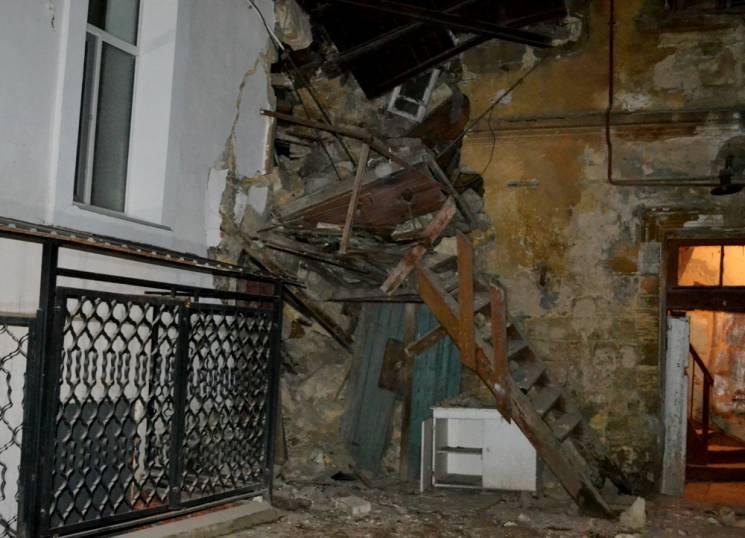 Родини одеситів з будинку, в якому вночі стався обвал, відселять