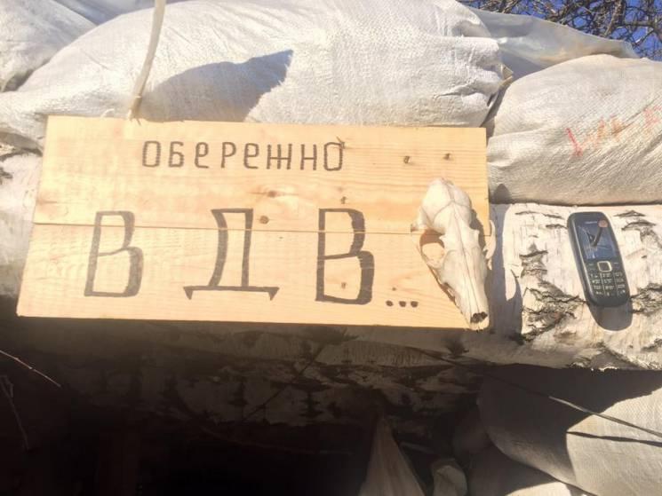 Черепа ворогів: Волонтер показав прикрашені військовими бліндажі