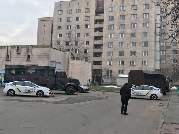 Під судом над Януковичем зібралася черга і спецпризначенці: Чекають допиту Порошенка (ФОТО)