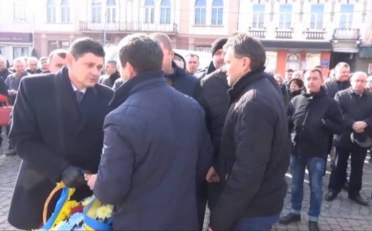 На Закарпатті у голову РДА жбурнули квітами, принесеними до пам'ятника Героям Небесної Сотні (ВІДЕО)