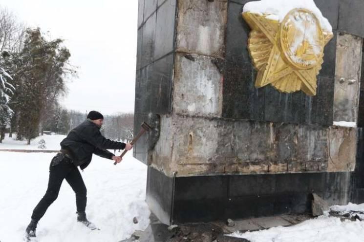 Знести не можна зберегти: Як Садовий одночасно рятує і демонтує радянський монумент