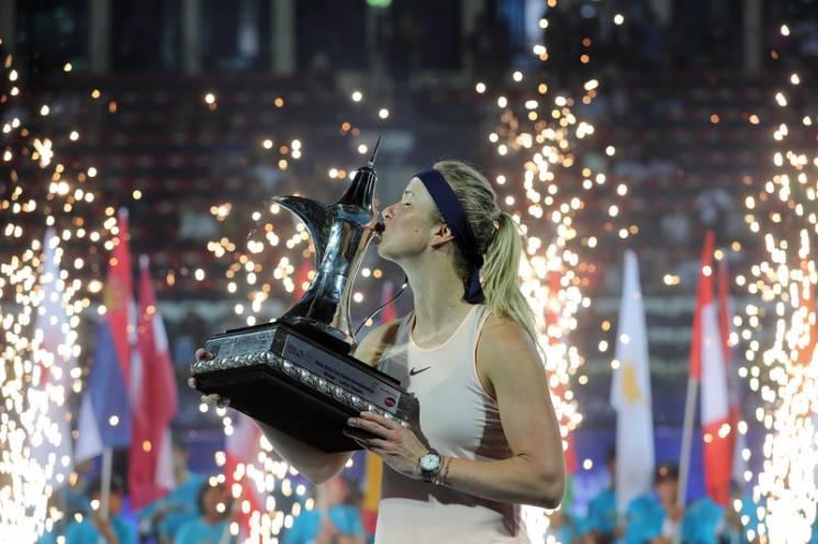 Фото дня: Світоліна цілує престижний трофей після перемоги в Дубаї