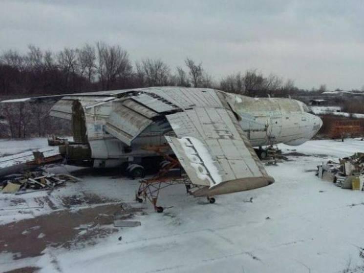 В Кривом Роге неизвестные распиливают военный самолет (ФОТО)