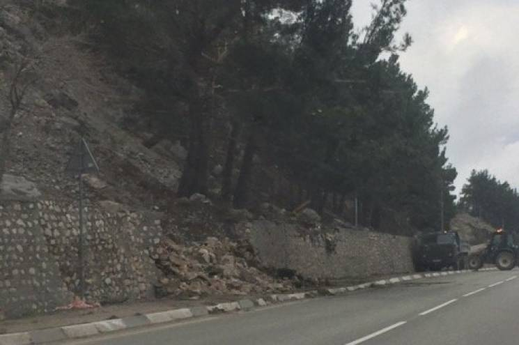 """На трасі """"Севастополь-Ялта"""" обвалилася підпірна стіна (ФОТО)"""
