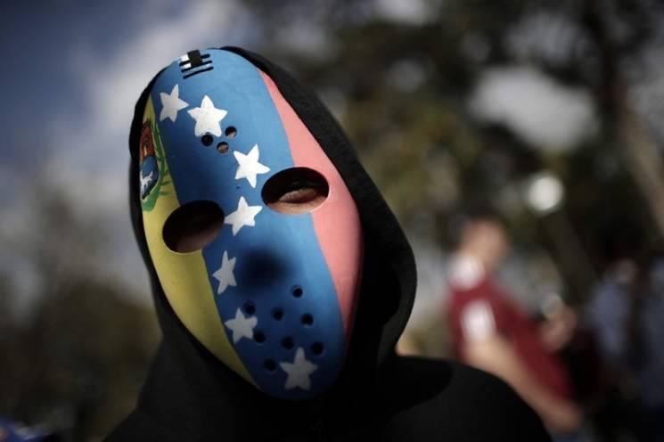 """Венесуела на краю війни: Для чого Мадуро і Гуайдо """"міряються легітимністю"""""""