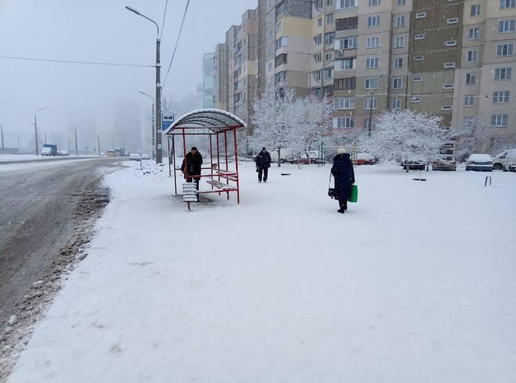 Київ знову засипало снігом: Місто нагадує білу казку, комунальникам допомагають діти (ФОТО)
